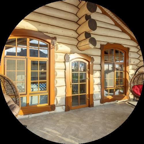 okna-cremia-v-dom-derevianni